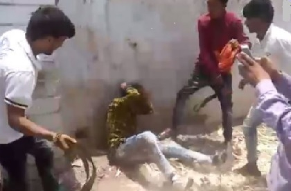 cow  lynching  vigilante  crowd  thrash  Ujjain  video  Madhya Pradesh  minor  youth  Hindu